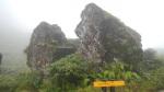 La roche fendue sur la trace de l'échelle