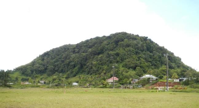 La petite montagne de Capesterre-Belle-Eau vue du terrain de football de La Plaine