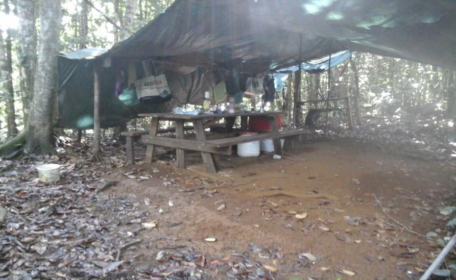 Campement de chasseurs sur le parcours de la Grande-rivière à Goyave